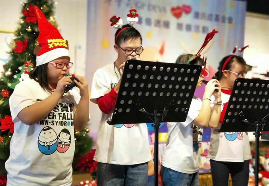2018歡樂下午茶唐寶寶最佳店長票選活動中,唐寶寶們以陶笛吹奏聖誕歌曲應景。(黃國峰翻攝)