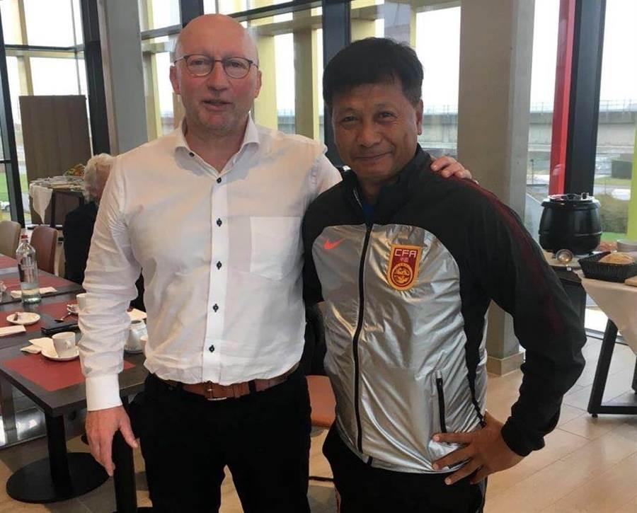 王家中(右)去比利時國家訓練基地實習,順利取得亞足聯職業S級教練證。(王家中提供)