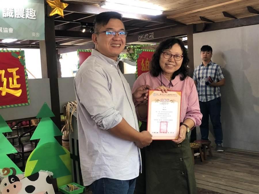 德蘭啟智中心主任楊美華頒發感謝狀給楠西果農之家負責人江仲緯(左)。(李其樺攝)