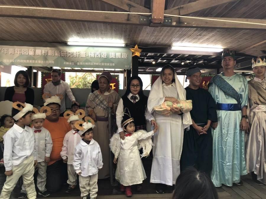 德蘭啟智中心今天上午在楠西果農之家舉辦耶誕節慶祝活動,孩童上演行動劇,享用水果大餐,度過溫馨難忘的耶誕節。(李其樺攝)