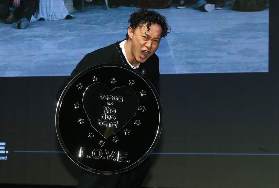 陳奕迅拿著唱片公司送的盾牌做出逗趣姿勢。(粘耿豪攝)