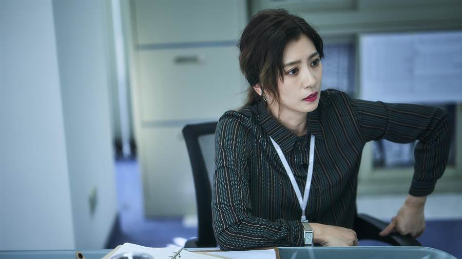 賈靜雯飾演對下屬嚴厲的新聞部主管。(公視)