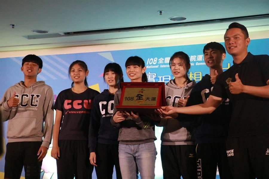 中正運動代表隊同學上台和戴資穎互動,共同完成象徵團結的「108全大運」紀念牌。(張亦惠攝)