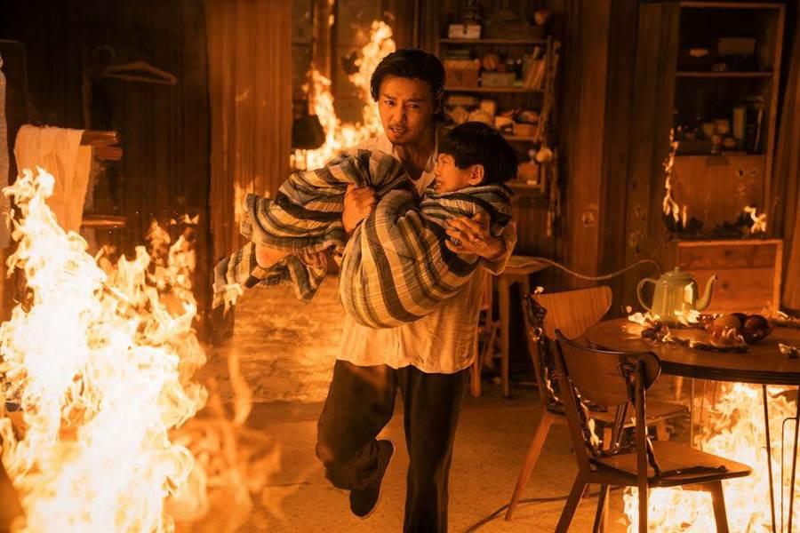 張天志火場救兒子。(華映提供)