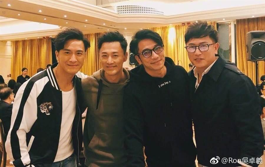 陳鍵鋒(右)合體「少年四大名捕」,另外三人依舊帥氣,但他卻腫到認不出來。(圖/翻攝自微博)