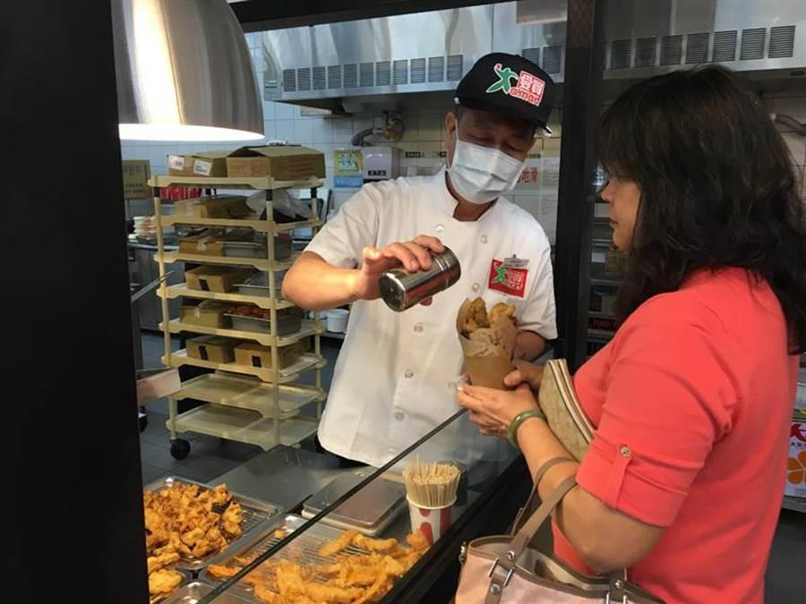 愛買桃園店提供現做炸物,有排骨酥、炸全雞等。(圖/愛買提供)