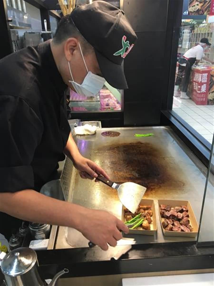 愛買桃園店推出鐵板料理服務。(圖/愛買提供)