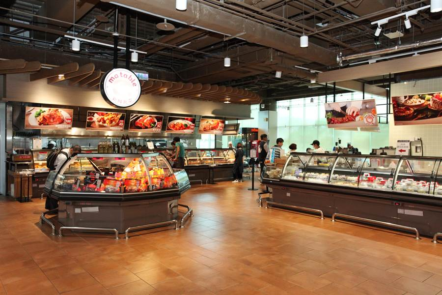 大潤發內湖二店改裝後,擴大熟食及現做料理區,並新增近百個座位。(圖/大潤發提供)
