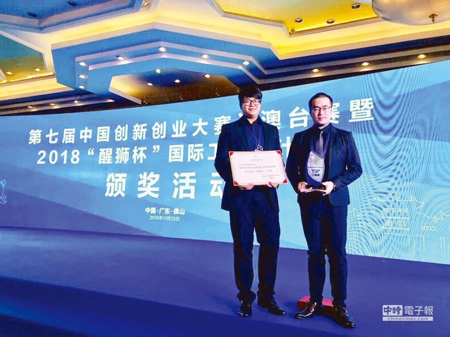 優尼克生技總經理馬瑞彣博士(右)、副營運總監陳維彥(左)獲獎後留影。圖/業者提供