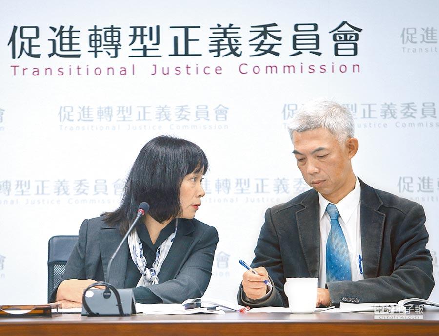促轉會代理主委楊翠(左)與促轉會委員尤伯祥(右)表示,公共場所的威權象徵應予移除。(陳怡誠攝)