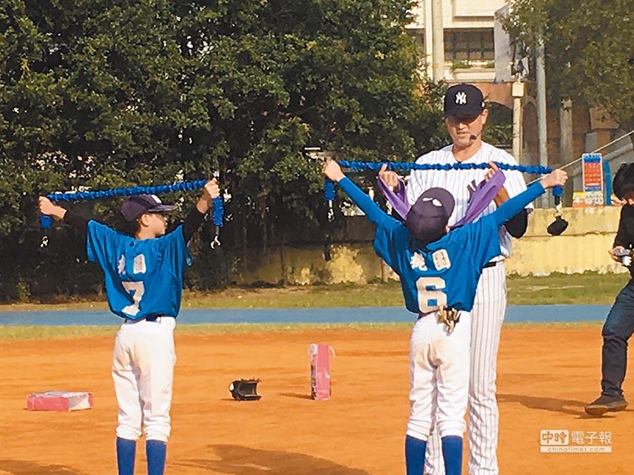 王建民教導小選手正確的暖身方式。(葉臻攝)