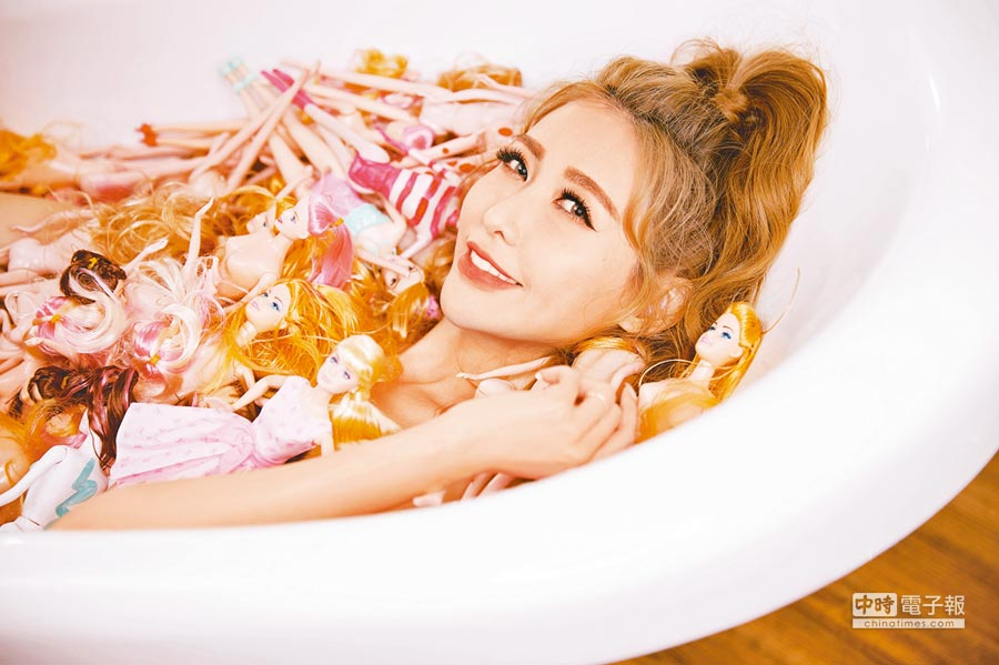 愷樂在〈致未來的戀人啊〉MV與芭比娃娃共浴泡澡。