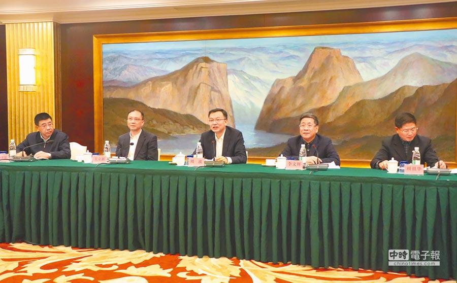 上海市17日舉辦雙城論壇媒體吹風會,率團的常務副市長周波(中)訪台期間將參訪內科園區、台達電與安養院等。(記者吳泓勳攝)