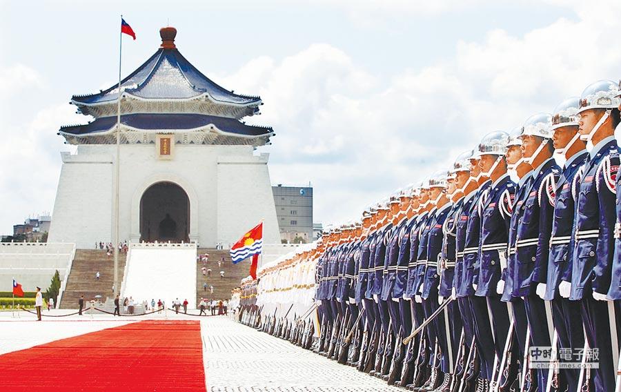 圖為三軍儀隊在中正紀念堂前自由廣場排練。      (本報系資料照片)