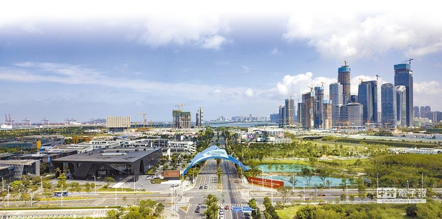 大陸追求成為全球開放型經濟強國,圖為5月15日拍攝的廣東自貿試驗區深圳前海蛇口片區。(新華社)