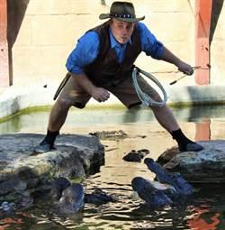 表演意外失手 美國男子掉入鱷魚池