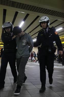 北捷車廂內男子打火機烤刀 乘客報警逮人