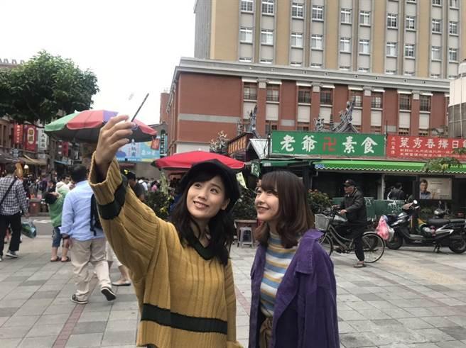 《一屍到底》女主角秋山Yuzuki(左)帶著另一名成員Likopin來台拍MV。ASOBI SYSTEM 提供