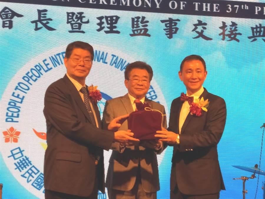 中華民國國民外交協會台南市會新任會長查名邦(右)從卸任會長甘基永(左)手中接下印信。(洪榮志攝)