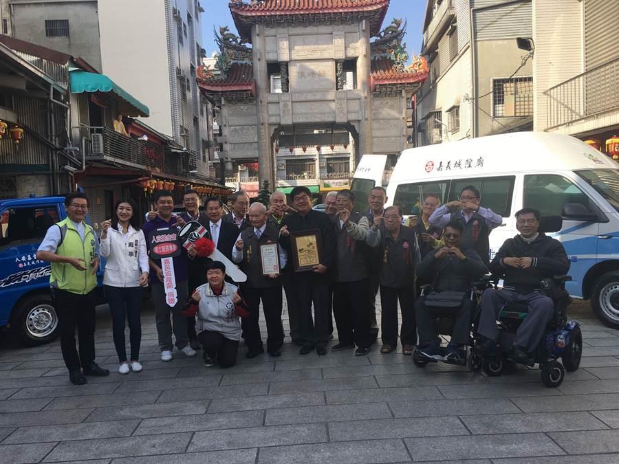 嘉義市城隍廟捐贈復康巴士、寒士就業專車,弱勢與愛同行。(廖素慧攝)