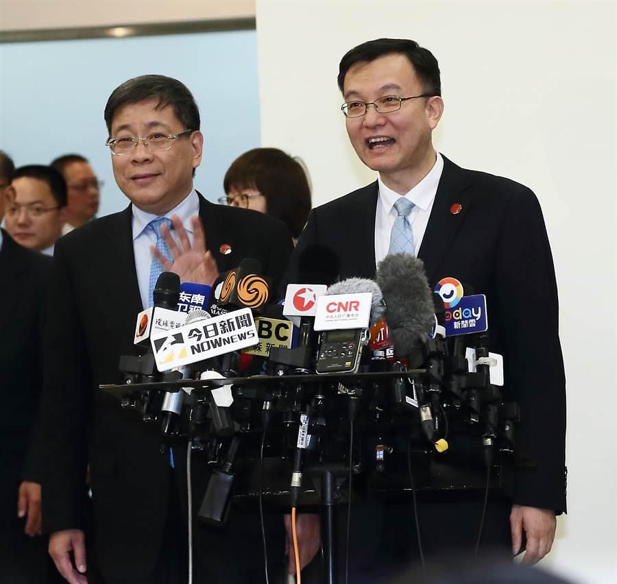 雙城論壇上海市政府訪問團19日抵達松山機場,上海市副市長周波(右)在入境大廳簡短發表談話,並揮手向大家致意,隨即,搭車離開松山機場。(劉宗龍攝)
