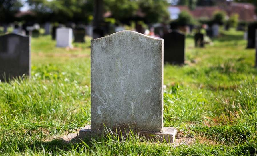 冥冥中有天意?酒駕女肇逃莫名在公墓裡鬼打牆。(達志影像/shutterstock提供)