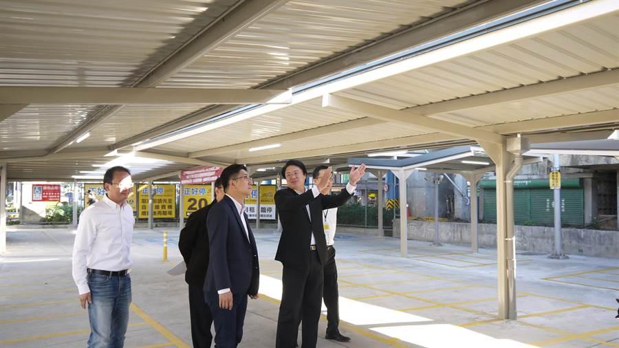 基隆火車站南站停車場機車遮雨棚工程近期完工,市長林右昌(右二)19日與立委蔡適應(右三)及台鐵局代表到場會勘驗收。(張穎齊翻攝)