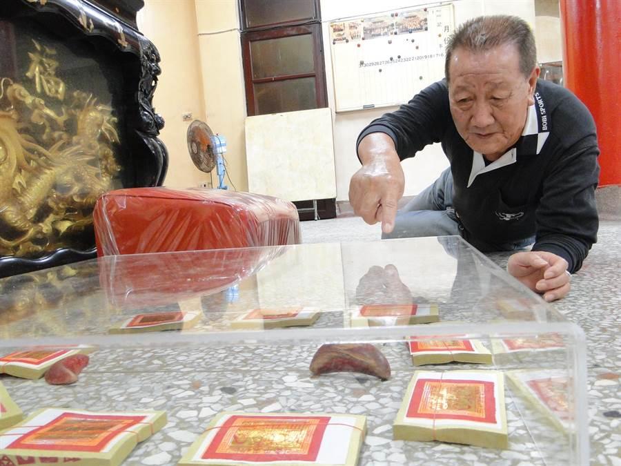 花蓮市北濱天公廟委員王文通對信徒擲出的立筊,嘖嘖稱奇。(范振和攝)