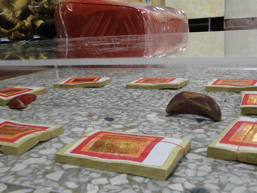 花蓮市北濱天公廟出現立筊,廟方以金紙、透明罩保護。(范振和攝)