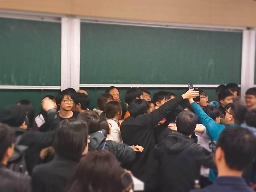 行政院長江宜樺18日晚間7點返回台大演講,大批抗議青年突然闖入會場,演講被迫中斷,現場情況混亂。(資料照片 李侑珊攝)