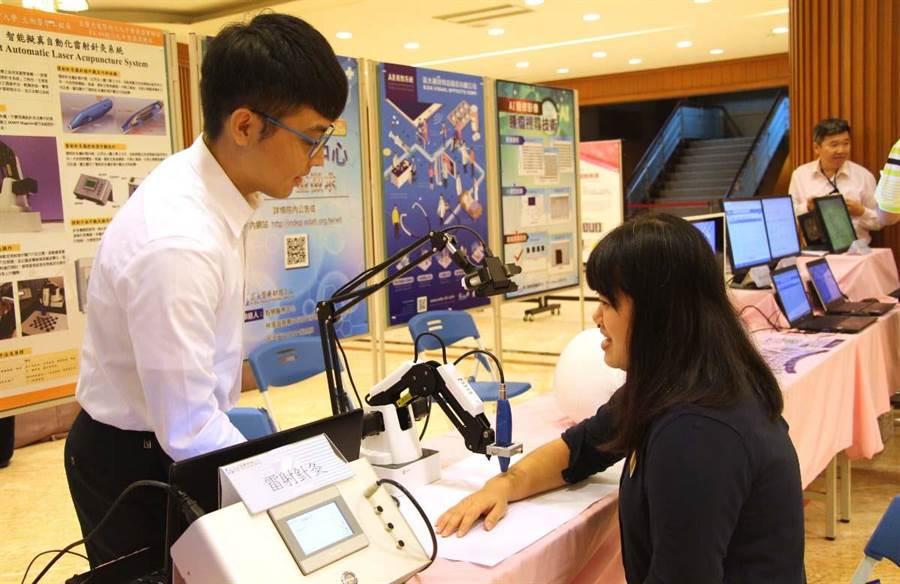 義大醫工系教授研發第三代雷射針灸,能提供使用者在家做簡易治療。(林雅惠翻攝)