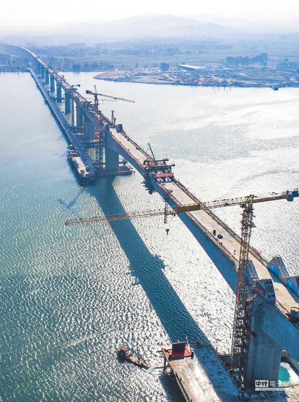 大陸改革開放40年,基礎建設快速推進。圖為10月12日,崔家營漢江特大橋順利合龍。(新華社)