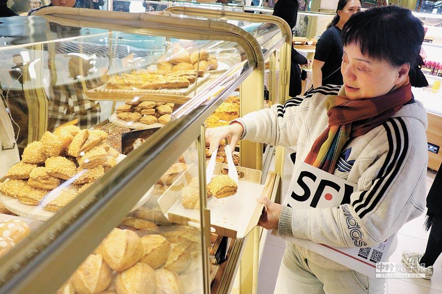 「吳寶春(麥方)店」的顧客大多是曾來台買過吃過的回頭客。(記者吳泓勳攝)