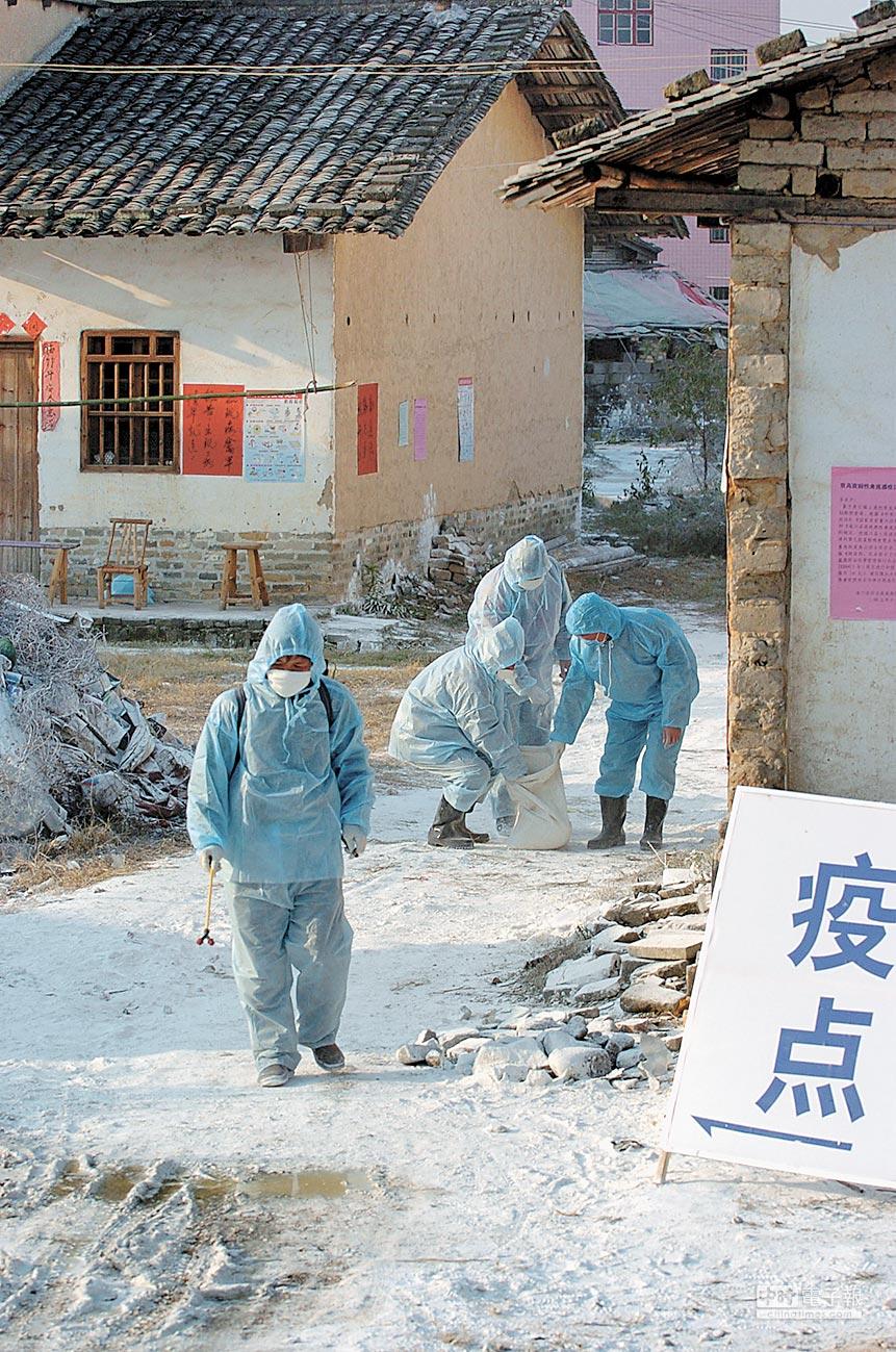 江西防檢局工作人員對農舍進行全面消毒。(新華社資料照片)