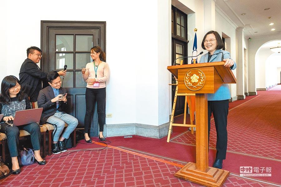 蔡英文總統18日上午在總統府舉行「迴廊談話」。(總統府提供)