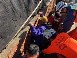 老翁駕車摔進窄溝 受困1個多小時鑿牆獲救