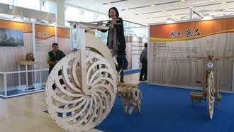 成美文化園國際木工藝展 185公分仿生獸腳踏車吸睛