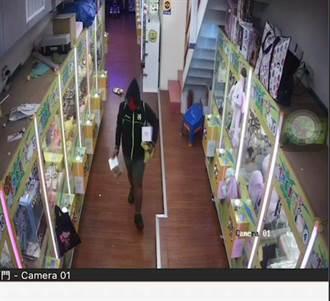男子戴「死侍」頭套偷夾娃娃店 窩網咖打電動被逮