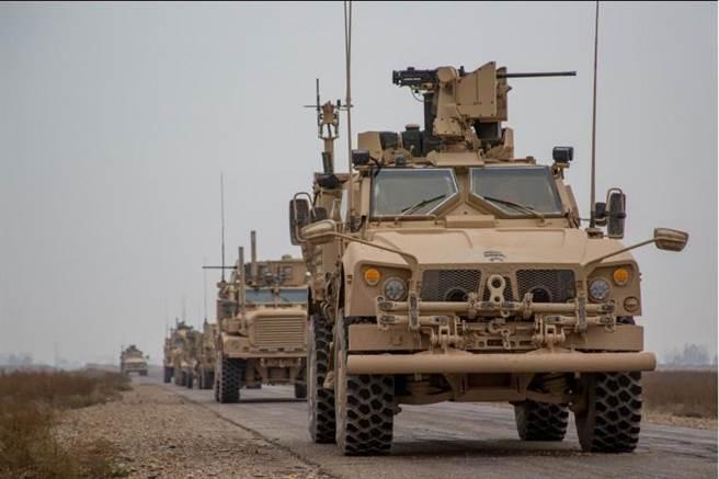 美國帶頭的國際盟軍車隊11月22日在敘利亞代爾祖爾省(Deir ez-Zor)行進的畫面。(路透)
