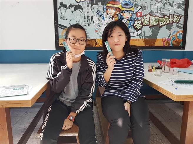 黃品瑄(右)與葉馨鎂(左)會中踴躍參與活動並開心分享得到的小禮物(黃珈綺攝)