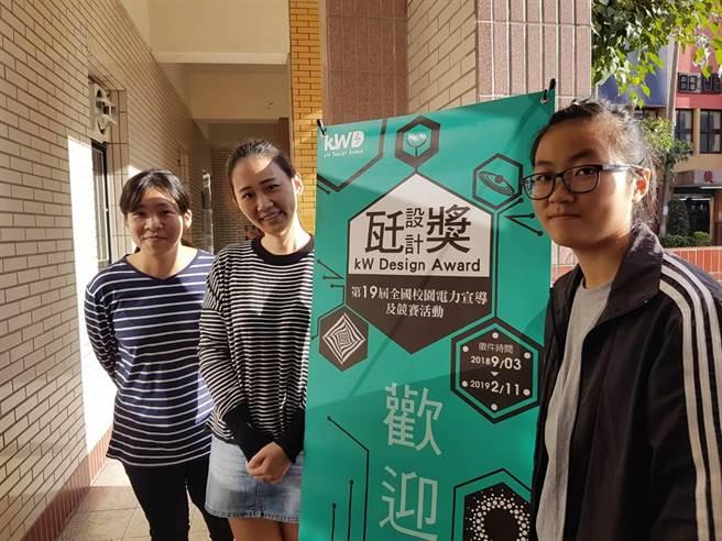 美工科與多媒體設計科吳惠燕主任(中)與學生對於台電說明會感到印象深刻會踴躍參與(黃珈綺攝)
