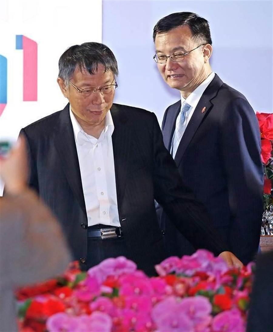 雙城論壇19日在台北圓山飯店舉行歡迎晚宴,台北市長柯文哲(左)與上海市副市長周波(右)等人一同步入會場。(張鎧乙攝)