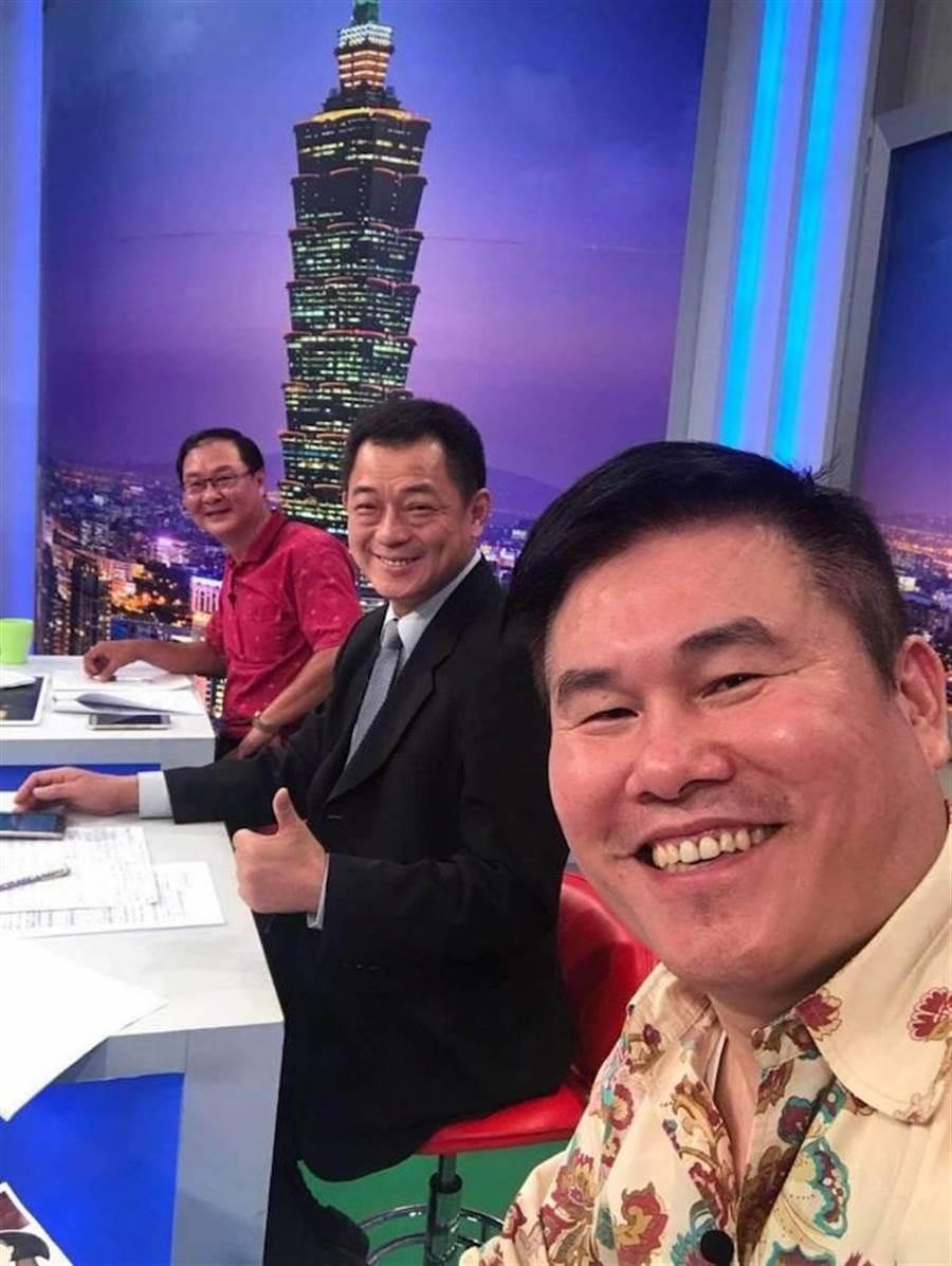 劉駿耀(右)生前上政論節目。(取自臉書)