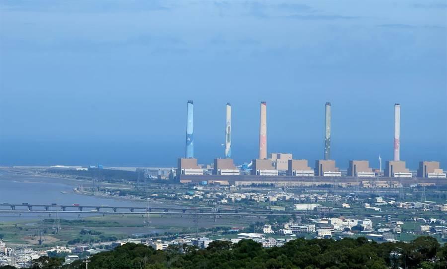 空品出現紅害等級,台中市府請台中火力發電廠配合降載,減緩對空品的衝擊。(黃國峰攝)