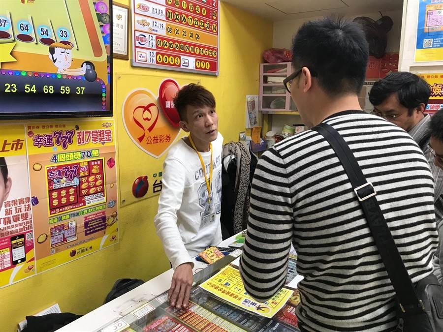 基隆市義二路「鋐昌投注站」老闆黃嘉榮講述黑色大蝴蝶停在他店裡的過程,直呼是「財神來了!」。(張穎齊攝)