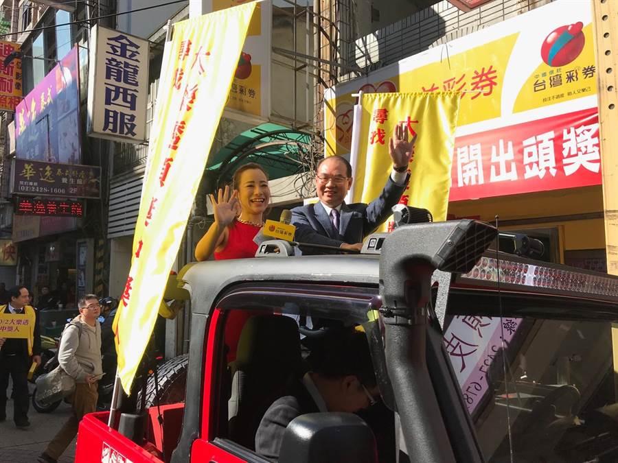 基隆市義二路「鋐昌投注站」10月2日開出1億元頭獎,至今已過79天,中獎者仍未領取,台灣彩券公司總經理蔡國基(右上)今(20)日到場舉行「緊急動員尋人」車隊活動。(張穎齊攝)