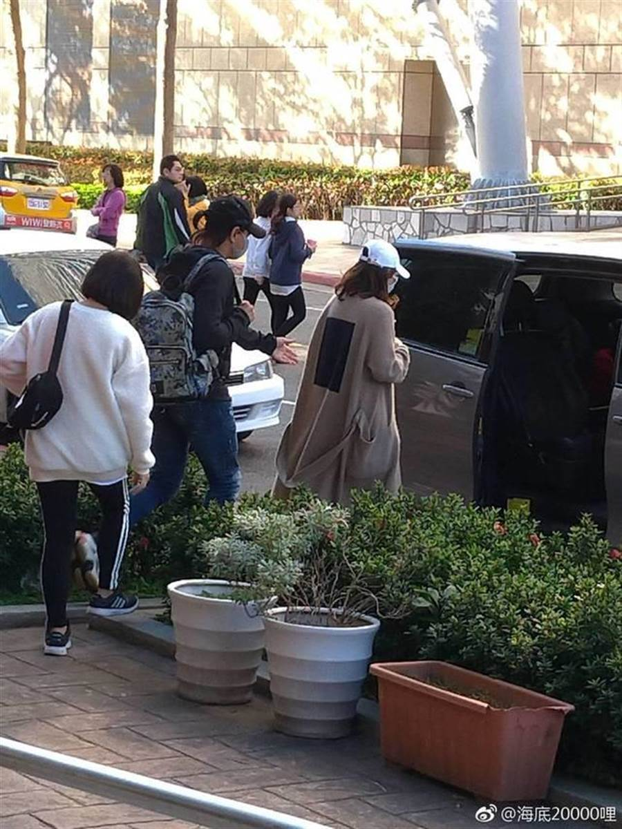 夫婦倆在台北街頭被捕捉。(取自微博)