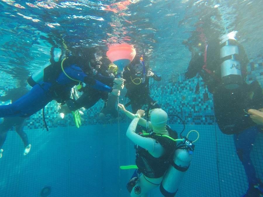 新竹市消防局派出精銳團隊赴墾丁進行潛水特訓。(徐養齡翻攝)