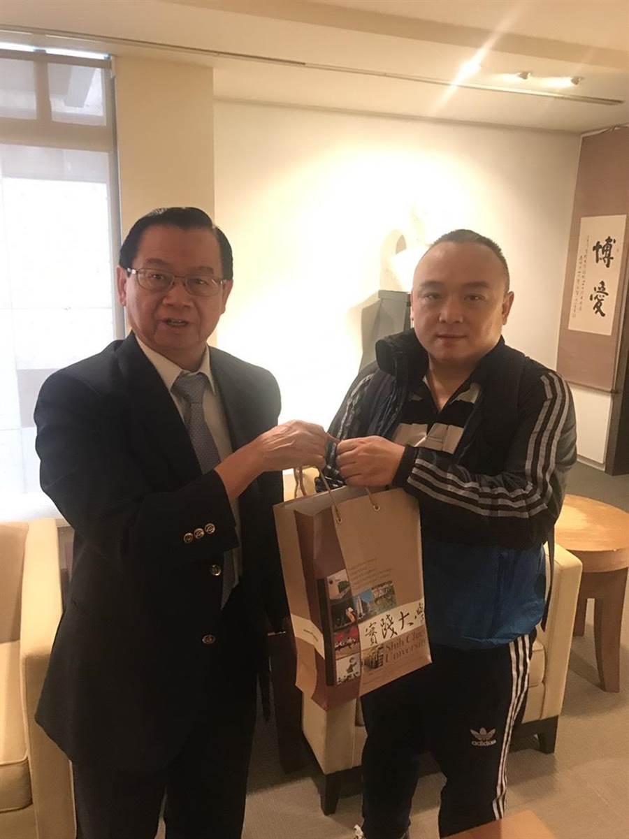 實踐大學陳振貴(左)與高雄市觀光局準局長潘恆旭(右)。(陳振貴提供)