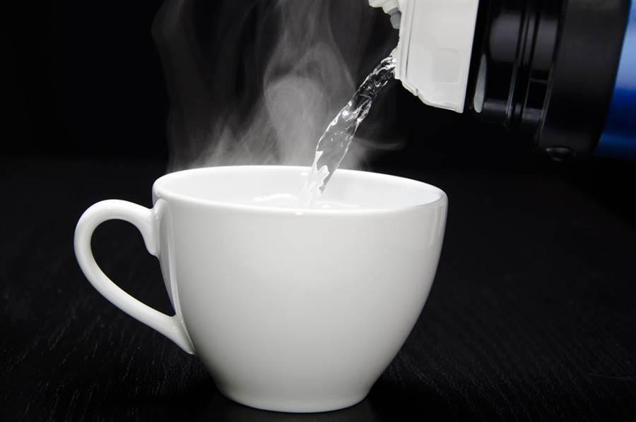 晚上製作還陽水早上喝?中醫師打槍:沒聽過!早上空腹喝杯300毫升、溫度介於37度至50度的溫開水,才有助腸胃蠕動。(圖/達志影像)
